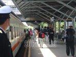 suasana-keberangkatan-penumpang-kereta-api-ka-di-stasiun-gubeng-surabaya.jpg