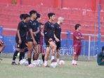 suasana-latihan-persik-kediri-di-stadion-brawijaya-baju-hitam.jpg
