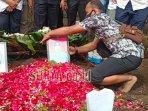 suasana-pemakaman-rahmania-ekananda-korban-sriwijaya-air-sj-182-di-desa-tulungrejo.jpg