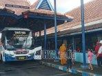 suasana-penumpang-di-terminal-patria-kota-blitar-kamis-1542021.jpg