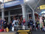 suasana-penumpang-kereta-api-di-stasiun-gubeng-surabaya-deui.jpg