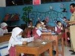 suhari-saat-mengajar-siswa-sd-negeri-godok-kecamatan-laren-kabupaten-lamongan.jpg