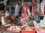 suminih-pedagang-daging-sapi-di-pasar-gurah-kabupaten-kediri.jpg