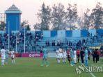 suporter-membakar-bendera-di-stadion-surajaya.jpg