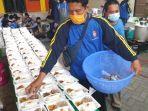 tagana-dinsos-kota-mojokerto-menyiapkan-makanan-siap-saji.jpg