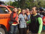 tangis-kabul-suwito-53-ayah-dari-bagus-akbar-pratama-17-korban-banjir.jpg
