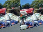 tangkapan-layar-kondisi-truk-bak-terbuka-bermuatan-cairan-kimia.jpg