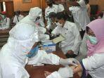 tenaga-medis-melakukan-rapid-tes-kepada-pejabat-pemkab-gresik-di-ruang-puteri-cempo.jpg