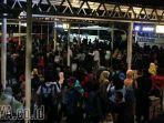 tidak-kebagian-bus-ribuan-penumpang-terlantar-di-terminal-bungurasih_20170831_193846.jpg