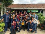 tim-kkn-mahasiswa-unair-ajak-warga-kelurahan-sulaiman-margahayu-kabupaten-bandung-kelola-sampah.jpg