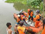 tim-sar-bpbd-kota-kediri-menemukan-jenazah-korban-tenggelam-di-sungai-brantas.jpg
