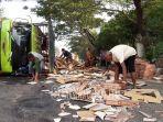 truk-bermuatan-keramik-yang-terguling-di-jalan-raya-pantura-pasuruan-probolinggo.jpg