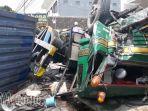 truk-kontainer-di-jl-raya-bungah-gresik-terguling_20180111_195501.jpg