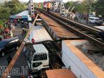 truk-kontainer-tabrak-jembatan-rel-kereta-embong-brantas_20171030_190858.jpg