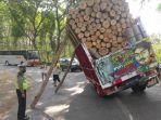 truk-pengangkut-kayu-hampir-ambruk-di-blitar.jpg