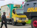truk-pengangkut-vaksin-dengan-pengawalan-polisi.jpg