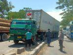 truk-trailer-naik-ke-median-jalan-di-lamongan.jpg