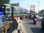 truk-tronton-menabrak-pembatas-jalan-di-jalan-raya-pantura.jpg