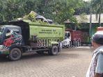truk-truk-pengankut-sampah-parkir-di-halaman-kantor-dinas-lingkungan.jpg
