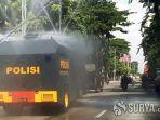 truk-water-canon-polda-jatim-semprotkan-cairan-disinfektan.jpg