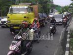 truk-yang-bikin-macet-jalan-di-bundaran-waru-sidoarjo-selasa-27112018.jpg