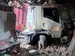 tuban-truk-trailer-menghantam-pagar-masjid.jpg