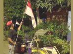 tukang-becak-mengibarkan-bendera-merah-putih.jpg