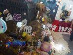 unjuk-karya-pengunjung-melihat-karya-pelajar-smk-negeri-12-surabaya_20180503_182912.jpg