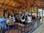 vaksinasi-dilakukan-di-kabupaten-lamongan-oleh-mahasiswa-d3-keperawatan-unair.jpg