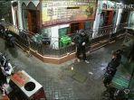 video-maling-kotak-amal-masjid-di-kedungdoro-surabaya-pakaian-necis-viral-di-fb-lihat-gelagatnya.jpg