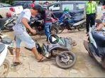 video-pria-banting-motor-part-2-viral-lagi-di-whatsapp-wa-medsos.jpg