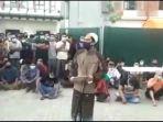 video-viral-warga-karantina-penyekatan-covid-19-jembatan-suramadu-tuntut-fasilitas.jpg