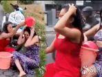 video-wanita-berbaju-seksi-mandi-sambil-naik-motor-di-jalanan-mojokerto-lihat-ekspresi-keduanya.jpg