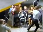 video-wanita-bermobil-tabrak-kerumunan-orang-kejadian-berikutnya-mengerikan_20161018_132522.jpg