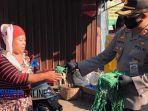 wakapolrestabes-surabaya-akbp-hartoyo-saat-membagikan-masker-di-pasar-keputran-surabaya.jpg