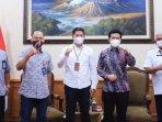 wakil-gubernur-jatim-emil-elestianto-dardak-saat-bertemu-dengan-pt-pos-indonesia.jpg