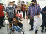 wakil-wali-kota-surabaya-armuji-mendorong-reno-agustinus-bocah-penyandang-disabilitas.jpg
