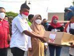 wakil-wali-kota-surabaya-armuji-menyerahkan-bantuan-sembako-kepada-warga.jpg