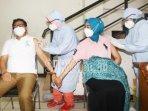 wali-kota-malang-sutiaji-bersama-istrinya-widayati-sutiaji-dan-kedua-anaknya-menjalani-vaksinasi.jpg
