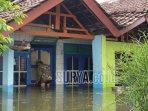 warga-beraktivitas-di-luar-rumah-yang-terendam-air-banjir-setinggi-sekitar-40-sentimeter.jpg