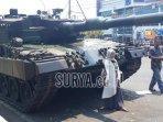 warga-berfoto-di-depan-tank-leopard.jpg
