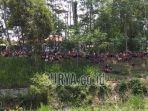 warga-berkumpul-di-pinggir-tanggul-sungai-desa-karanggondang-kecamatan-udanawu.jpg