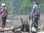 warga-dan-relawan-saat-menemukan-sasis-dan-dua-roda-mobil-kabupaten-lumajang.jpg