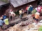 warga-dibantu-relawan-tni-dan-polri.jpg