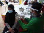 warga-gresik-saat-menerima-dosis-vaksin-yang-digelar-oleh-polres-setempat.jpg