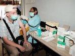 warga-kota-batu-mendapatkan-suntikan-vaksin-dari-tenaga-medis.jpg