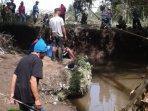 warga-melakukan-upaya-pencarian-riyadi-di-sungai-namun-hingga-saat-ini.jpg
