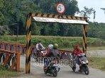 warga-melewati-jalur-tikus-kediri-malang-via-desa-bayem-kecamatan-kasembon-kabupaten-malang.jpg
