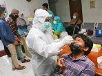 warga-mengikuti-uji-swab-dan-vaksinasi-oleh-tim-swab-dan-vaksin-hunter.jpg