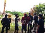 warga-menyaksikan-lokasi-penemuan-mayat-di-bawah-jembatan-tol-di-jalan-karah-surabaya.jpg
